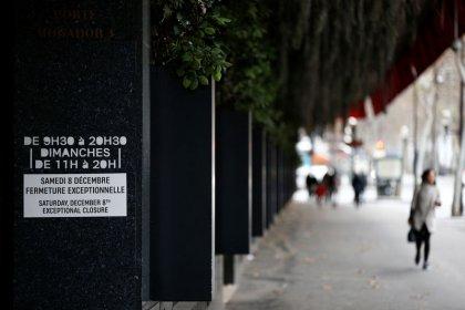 """Gilets jaunes: Des touristes """"philosophes"""" dans un Paris à l'arrêt"""