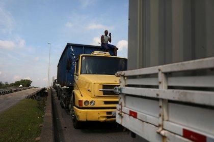 Caminhoneiros fazem bloqueios na Dutra no Rio de Janeiro, diz PRF