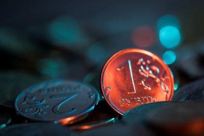 Рубль ушел за нефтью в минус на фоне опасений замедления мирового роста
