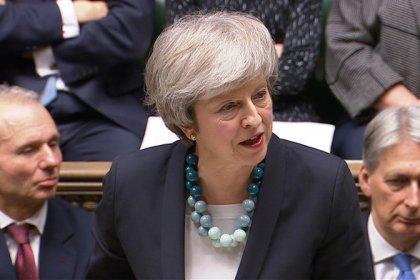 Premiê britânica provoca apreensão ao adiar votação sobre acordo do Brexit