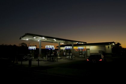 U.S. retail gasoline prices drop to lowest in 1.5 years