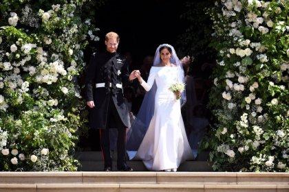 Meghan Markle presents wedding dress designer with fashion award