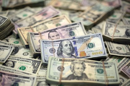 Dollar hovers near month high on U.S. yield bounce, shaky pound