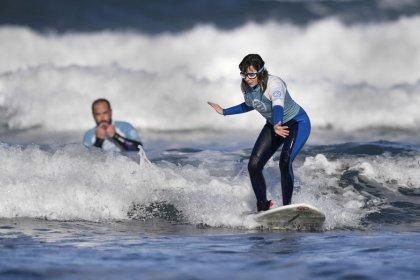 Carmen López, la primera surfista invidente de España en participar en el Mundial de Surf Adaptado