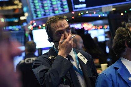 Уолл-стрит слабо изменилась на фоне ухода инвесторов в защитные акции