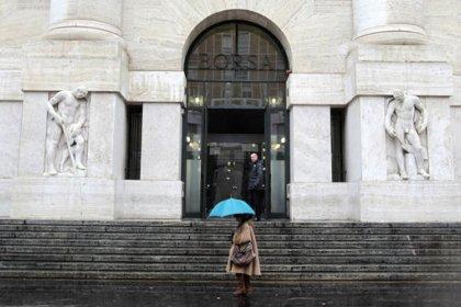 Borsa Milano chiude in calo con banche, auto dopo dati macro Cina, giù Stefanel