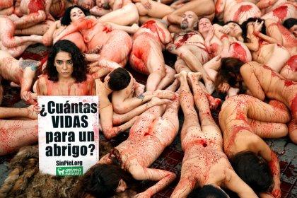 Desnudos en Barcelona para protestar contra las pieles y el cuero