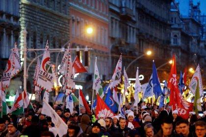 Miles de húngaros protestan contra Orban
