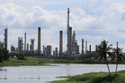 Нефть торгуется без резких колебаний на фоне страхов об экономике, перенасыщении рынка
