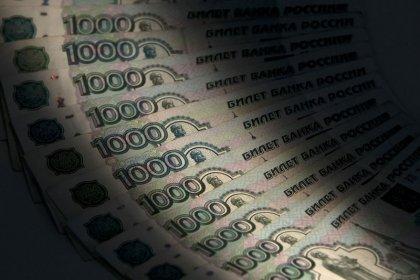 Рубль растерял преимущество из-за Fitch, сохраняя рекордно низкую активность