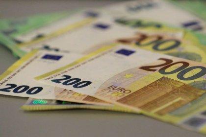 اليورو يرتفع من مستويات متدنية مع توقف الاتجاه الصعودي للدولار