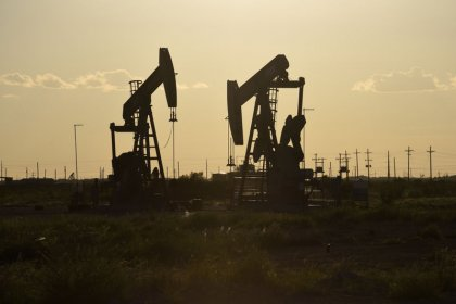 Oil drops 4 percent on oversupply, equities sell-off