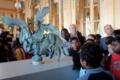 تمثال الديك المتضرر من حريق نوتردام يظهر في معرض بباريس