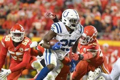 NFL roundup: Colts hand Chiefs first loss