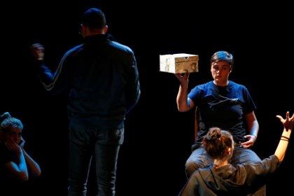 """Los bosnios """"invisibles"""" nacidos de violaciones en la guerra usan el arte para encontrar su voz"""