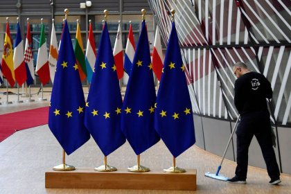 Brexit scramble looms over fraught EU summit, Merkel says deal possible