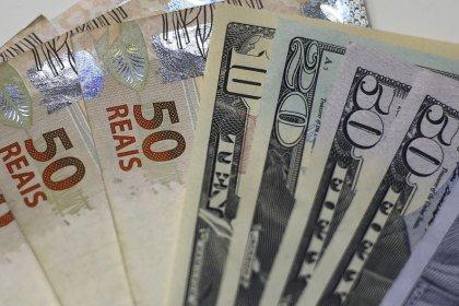 Dólar ajusta para baixo, mas à espera de Campos Neto após ruído da véspera