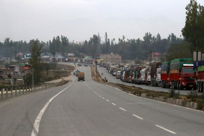 Kashmir apple trade picks up again under shadow of militant attacks