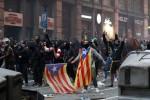 Manifestantes entram em confronto com a polícia no centro de Barcelona