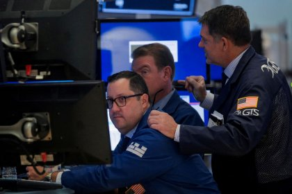 بورصة وول ستريت تهبط بفعل خسائر لأسهم جونسون اند جونسون وبوينج وبيانات ضعيفة من الصين