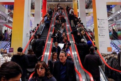 Gastos do consumidor dos EUA sobem moderadamente, com salários e inflação inalterados