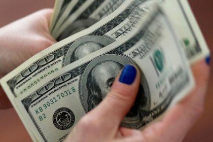 الدولار يتمسك بمكاسبه مقابل عملات منافسة في ظل ترقب نتائج محادثات التجارة