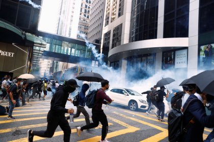 Hong Kong: La police tire à balles réelles, un manifestant grièvement blessé