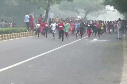 أطفال يشاركون في سباق ركض رغم إغلاق المدارس بسبب التلوث في نيودلهي