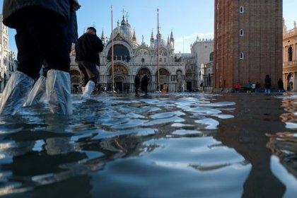 فيضانات وحرائق وطاعون .. كوارث منسوبة للتغير المناخي
