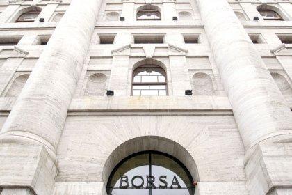 Borsa Milano debole su timori commercio, balza Nexi, giù Atlantia, strappa Roma