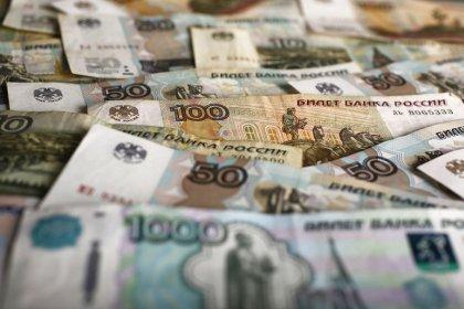 Рубль замер у пика 2 недель перед важными событиями пятницы и следующих дней