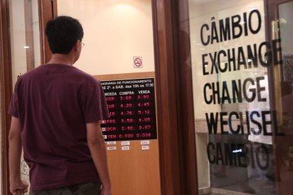 Dólar fecha em alta ante real após 6 quedas seguidas, mas segue abaixo de R$4,15