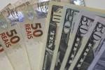 Dólar acelera queda com expectativa sobre fluxo, em dia de decisões de política monetária no Brasil e nos EUA