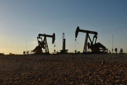 النفط يهبط بعد زيادة المخزون والأنظار على الرسوم الجمركية