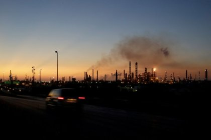 أسعار النفط ترتفع بفعل توقع أوبك عجزا في الإمدادات