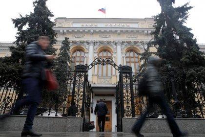 الروبل الروسي يسجل أعلى مستوى في 18 شهرا، والمركزي يخفض سعر الفائدة