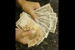 Dólar tem 3ª alta consecutiva ante real com atenções a cena externa