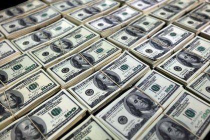 Dólar passa a cair ante real com anúncio de leilão por BC após superar R$4,38