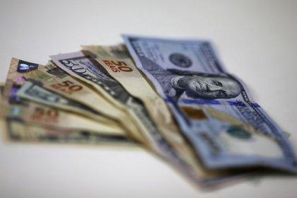 """Dólar volta a se aproximar de recordes perto de R$4,38 após BC se dizer """"tranquilo"""" com câmbio"""