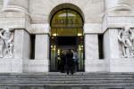 Borsa Milano positiva, strappa Ferragamo, denaro su banche, utility