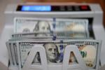 Dólar cai nos primeiros negócios com atenção a dados domésticos e EUA-China