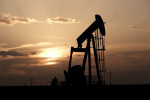 النفط ينزل مع تنامي المخاوف من تعثر تعافي طلب الوقود بسبب ارتفاع إصابات كورونا