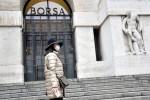 Borsa Milano in calo con dati post-lockdown, corre Ubi