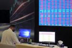 الشركات المالية ترفع قطر؛ وبيع في الأسهم القيادية يهبط بمصر