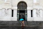 Borsa Milano prosegue piatta, giù banche e oil, salgono Azimut, Diasorin