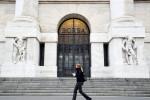 Borsa Milano in deciso calo su timori virus, giù banche con Bper, strappa Ferragamo