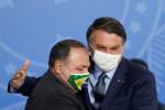 Um manda, outro obedece, diz Pazuello em live com Bolsonaro