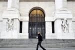 Borsa Milano positiva in avvio con banche e oil, sale Moncler