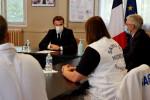 Il faudra vivre avec le virus au moins jusqu'à l'été, dit Macron