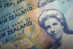 FOREX-Dólar rebota desde mínimos de tres meses
